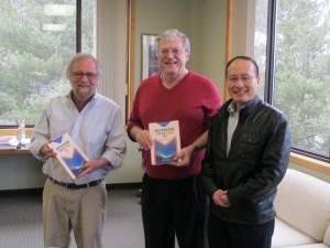 王杰教授向Garfunkel博士(左)和ICM主席Arney教授(中)赠送丛书